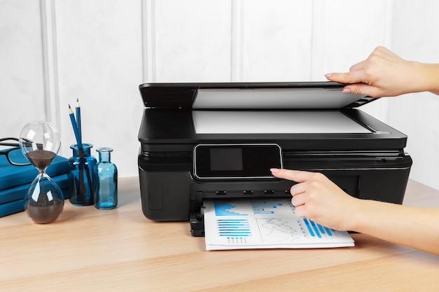 Person, die kopien auf dem fotokopierer im büro macht