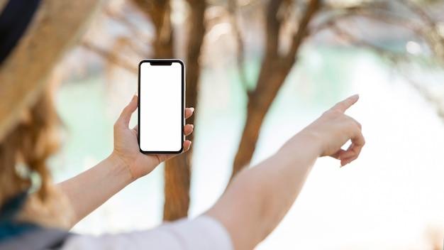 Person, die kopierraum-mobiltelefon hält