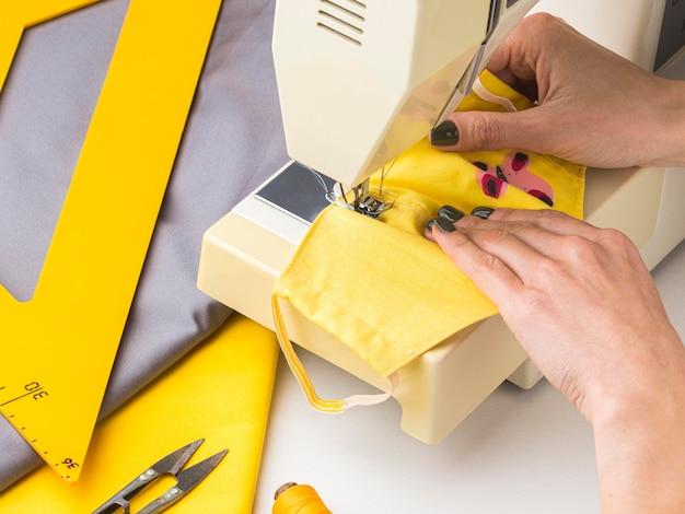 Person, die nähmaschine für gesichtsmasken verwendet