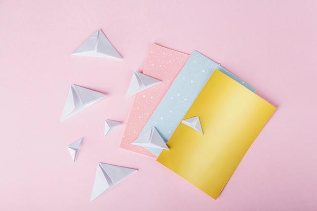 Person, die origami mit bunten papieren macht