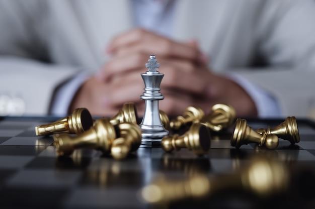 Person, die schach spielt