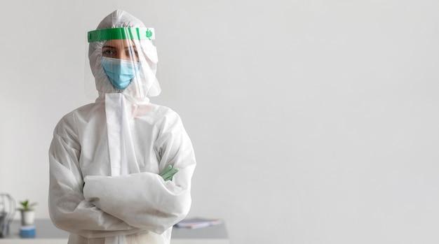 Person, die schutzausrüstung mit kopierraum trägt