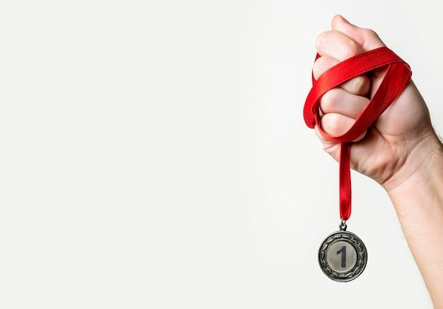 Person, die seine medaille nummer eins hält