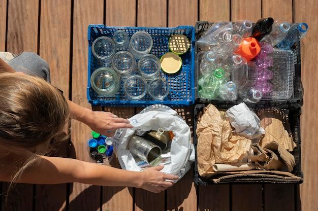 Person, die selektives recycling von müll durchführt