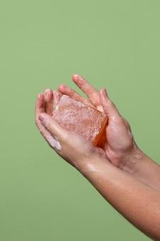 Person, die sich die hände wäscht