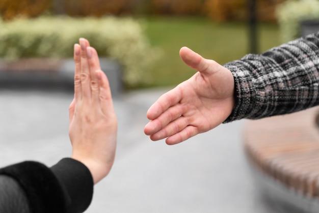 Person, die sich weigert, zum schutz die hand zu geben