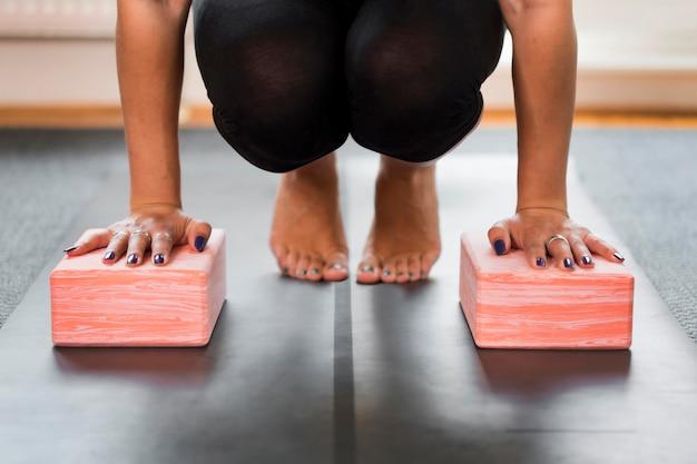 Person, die sport treibt und ihr gleichgewicht hält