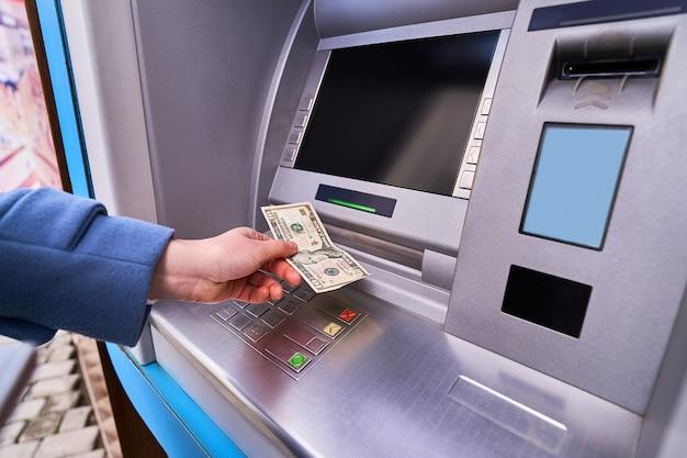 Person, die straße atm bank verwendet, um bargeld abzuheben