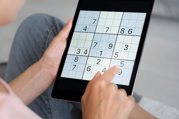 Person, die sudoku auf einem tablet spielt