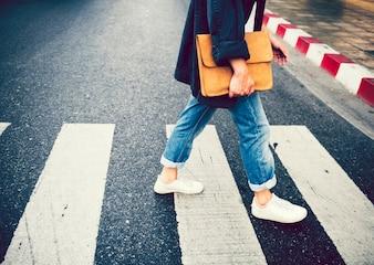 Person, die über Fußgängerzone geht