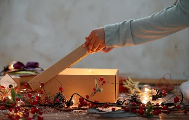 Person, die weihnachtsgeschenk einwickelt