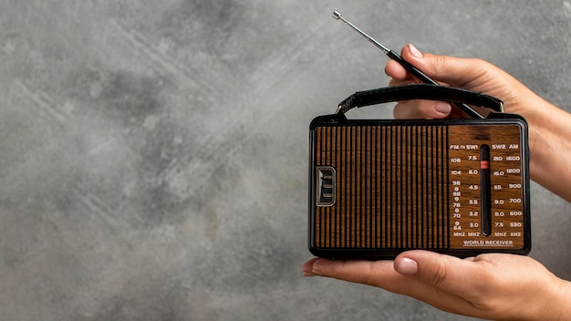 Person, die weinlese-radio-kopienraum hält