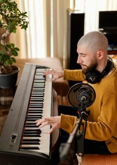 Person, die zu hause musik produziert