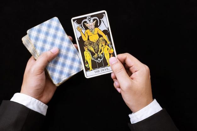 Person, die zukunft mit tarotkarten liest