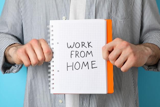 Person halten notizbuch mit arbeit von zu hause aus. quarantäne