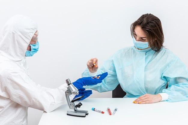 Person im hazmat-anzug mit pacient