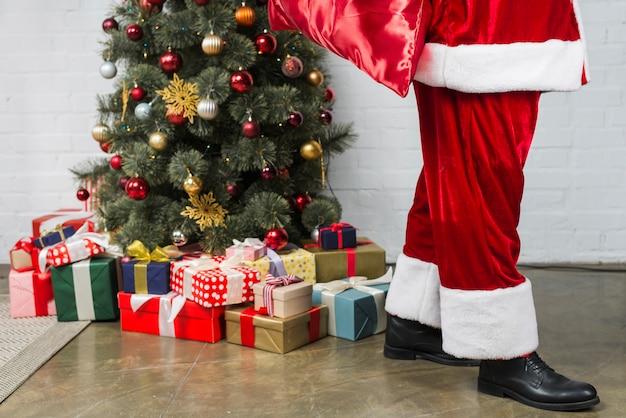 Person in sankt klage nahe weihnachtsbaum