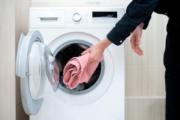 Person laden sie das waschpulver waschmittel in die maschine