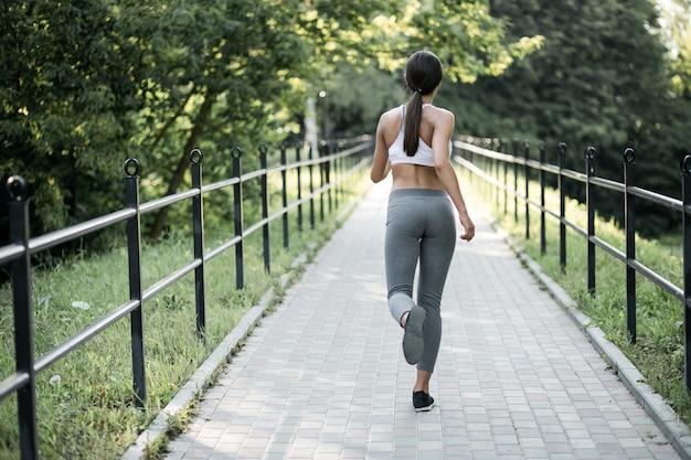 Person laufen glückliches training lächeln übung
