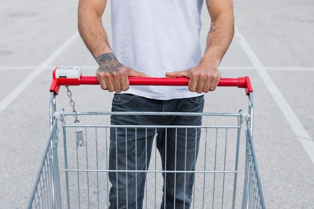 Person mit einem einkaufswagen