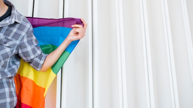 Person mit lgbt-flagge
