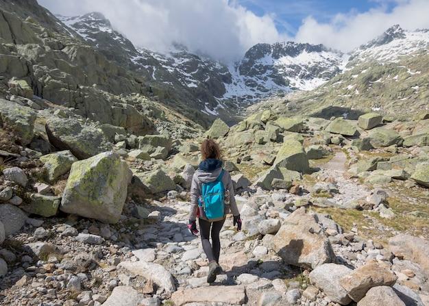 Person mit rucksack, die an einem sonnigen tag den berg hinuntergeht. circo de gredos, nationalpark in castilla y leon, spanien.