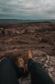 Person sitzt auf den bergen von mallin und genießt die aussicht auf cordoba, argentinien