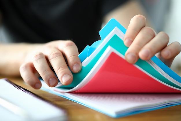 Person und wichtige papiere auf dem tisch