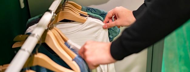 Person wählen outfit kleidung zu hause garderobe für ein treffen vorbereiten