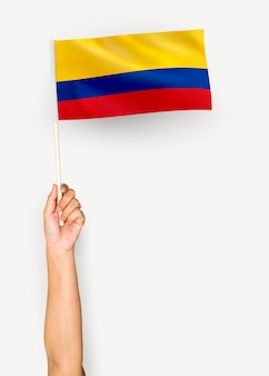 Person weht die flagge der republik kolumbien