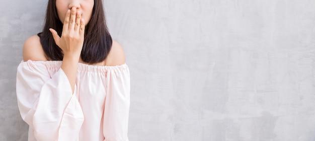 Person weiblich porträt grau abdeckung
