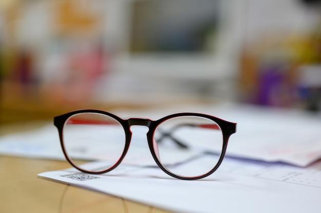 Personal brillen auf dem schreibtisch platziert