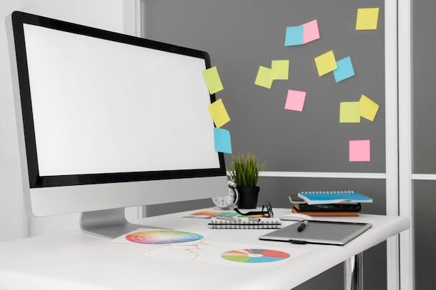 Personal computer auf büroarbeitsplatz mit haftnotizen