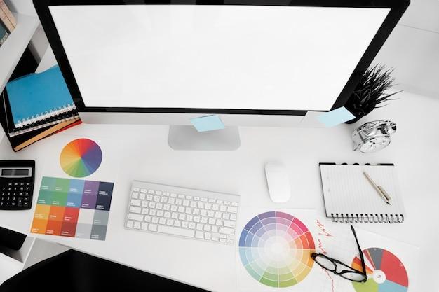 Personal computer bildschirm auf schreibtisch mit tastatur