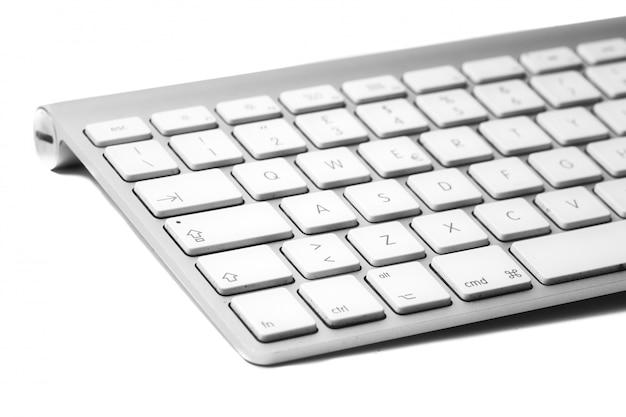 Personal computer tastatur auf weißem hintergrund