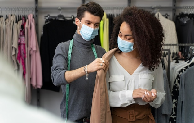 Personal shopper hilft cutomer bei der auswahl der kleidung