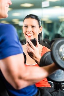 Personal trainer im fitness- und kurzhanteltraining