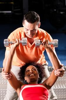 Personal trainer im fitnessstudio