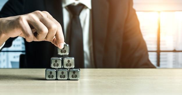 Personalbeschaffung und people networking-konzept. moderne grafische oberfläche, die die einstellung von professionellen mitarbeitern und den headhunter zeigt, der interviewkandidaten für zukünftige arbeitskräfte sucht.