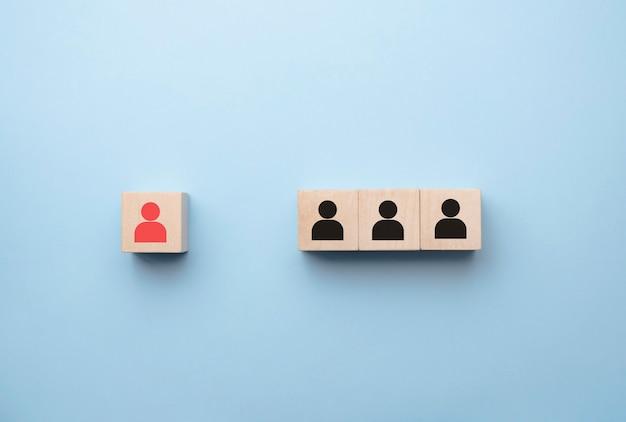 Personalmanagement und rekrutierungsgeschäft bauen teamkonzept auf, holzwürfelblock oben, kopierraum