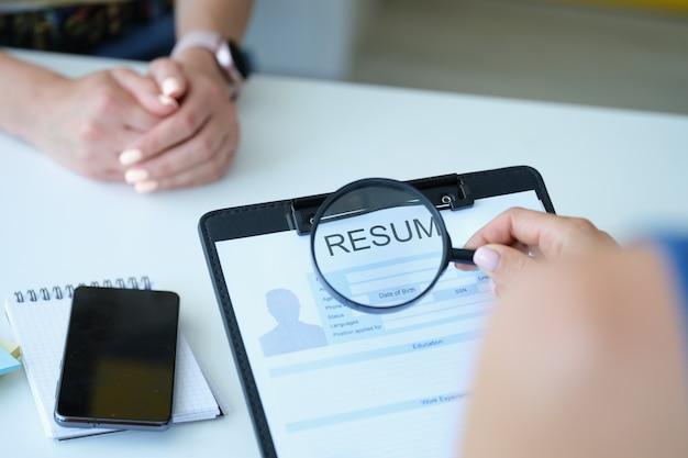 Personalmanager prüft den lebenslauf eines kandidaten für eine stelle
