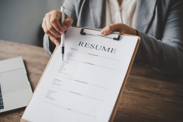 Personalverantwortliche bieten bewerbern stellenbewerbungen an, um einen lebenslauf auf dem bewerbungsformular auszufüllen, um sich für eine stelle im unternehmen zu bewerben.