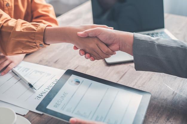 Personalverantwortliche gehen mit bewerbern hand in hand, nehmen vorschläge an und verpflichten sich zur zusammenarbeit im unternehmen.