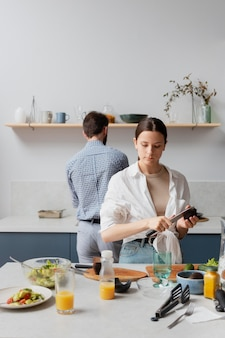 Personen mit mittlerer aufnahme, die essen zubereiten