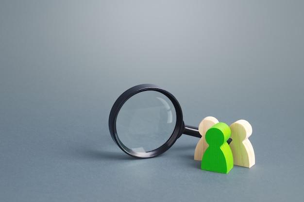 Personenfiguren stehen in der nähe einer lupe. suche nach arbeitsplätzen und stellenangeboten