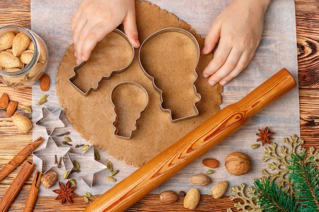 Personenhände macht traditionellen lebkuchen