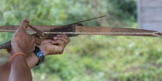 Personenhand, die mit armbrust, luang prabang, laos zielt