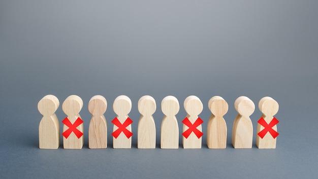 Personenreihe mit rotem x. kürzungen und entlassungen aufgrund restriktiver quarantäne und pandemie