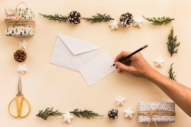 Personenschreiben auf kleinem papier mit bleistift