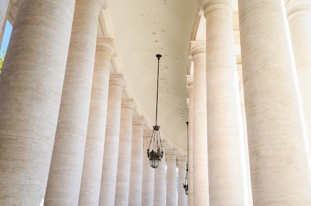 Perspektive der kolonnaden des petersplatzes